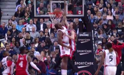Nik Stauskas claque un énorme dunk sur la face de Bismack Biyombo !