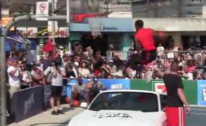 Dingue : Guy Dupuy claque un dunk au-dessus d'une voiture !