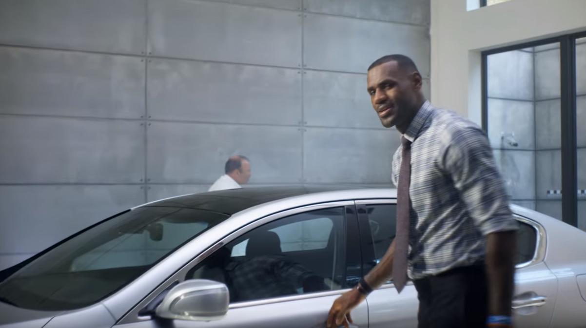 LeBron James répond à la polémique en conduisant une Kia
