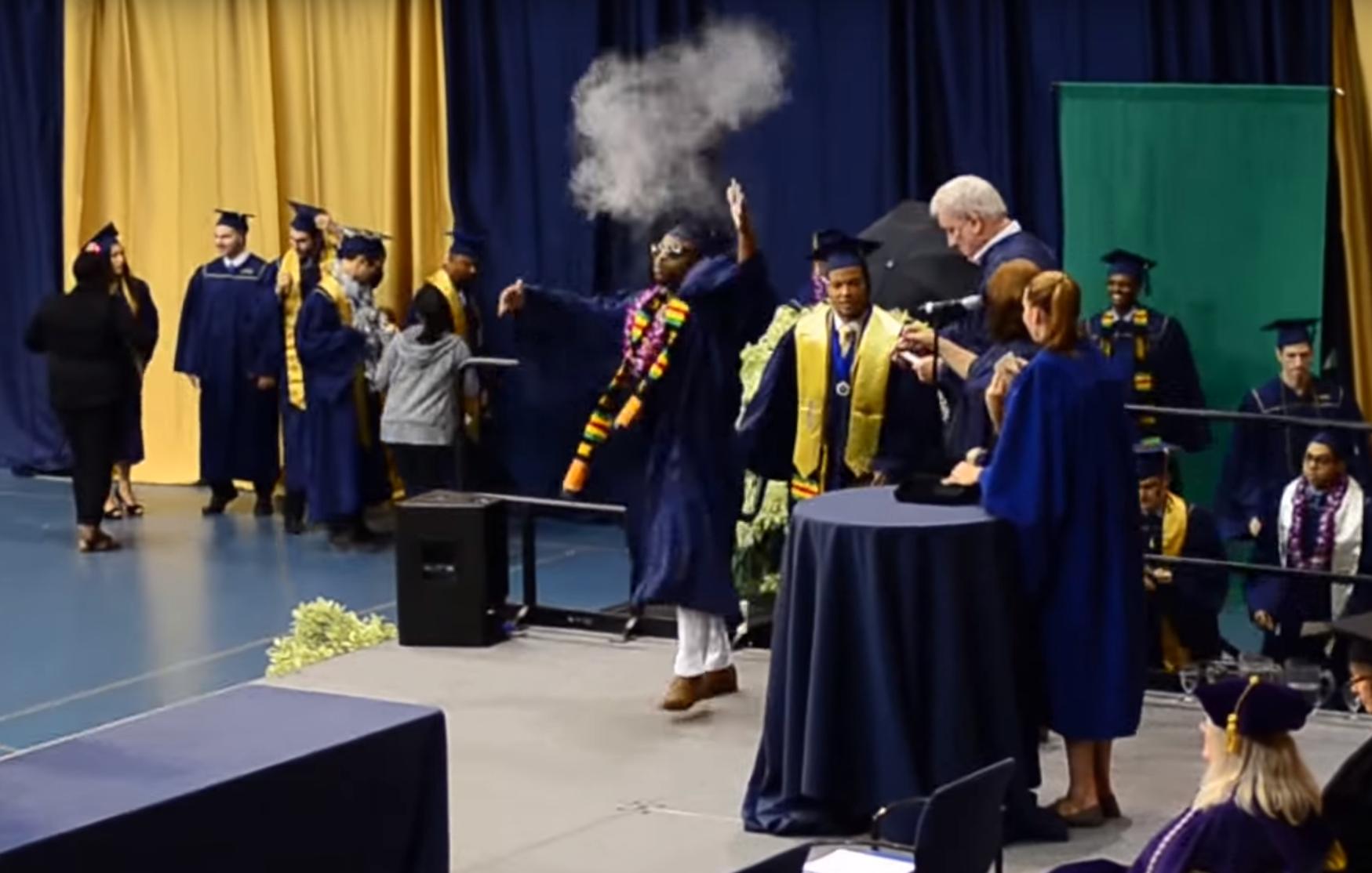 Un étudiant imite LeBron James à la remise des diplômes