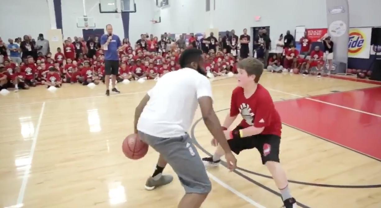 James Harden met la misère à un gamin de son camp de basket