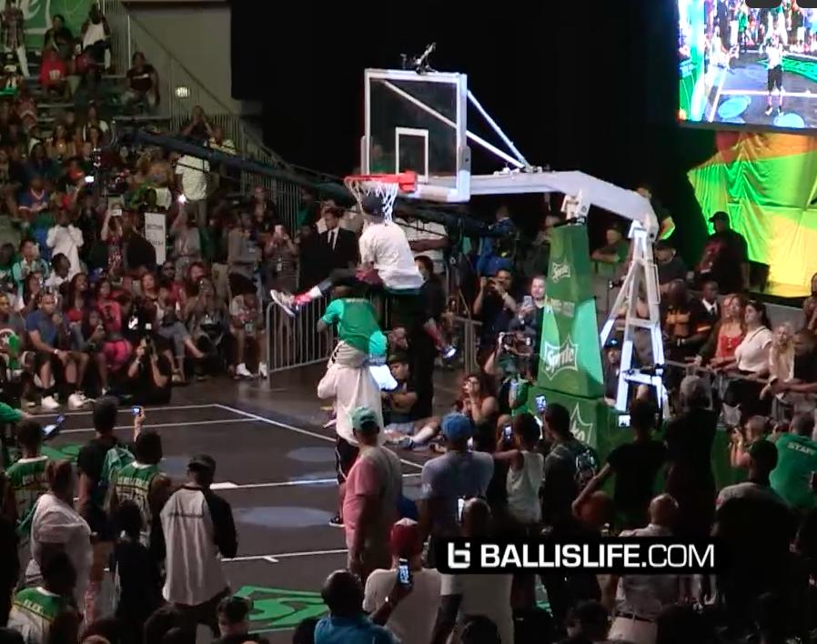"""Lipek remporte un concours de dunks... avec un t-shirt """"white men can jump"""""""