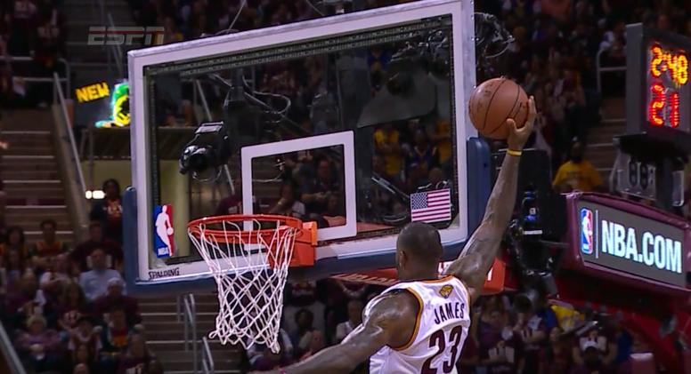 Top 5 : LeBron James touche le plafond avant de dunker