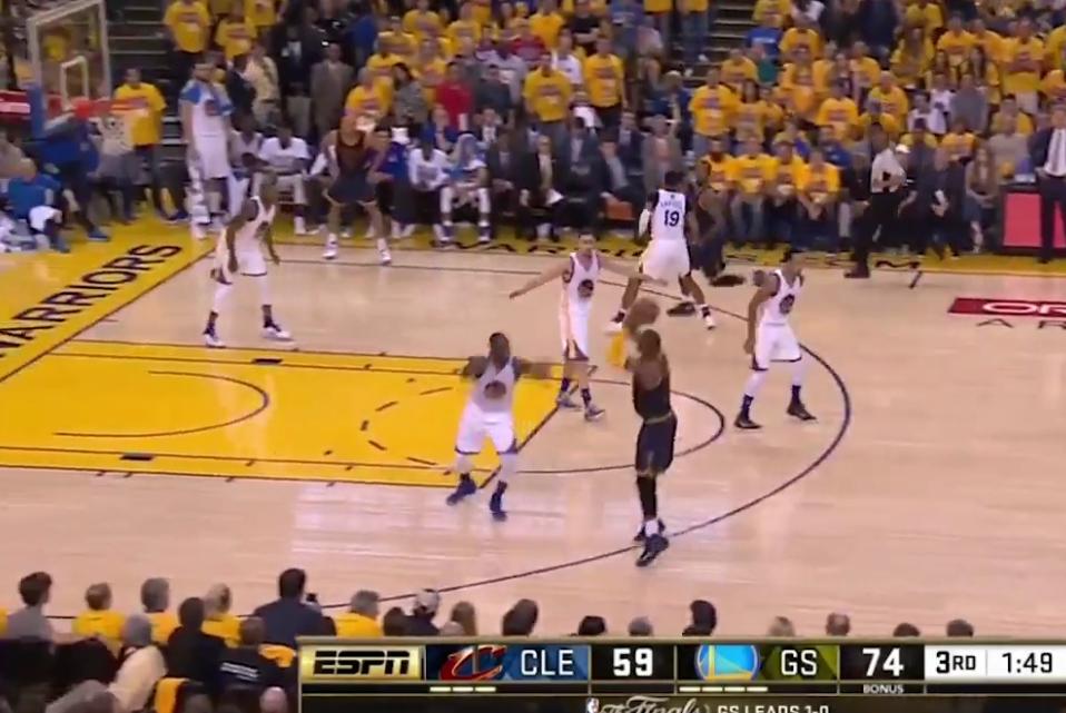 LeBron James envoie un airball à trois points