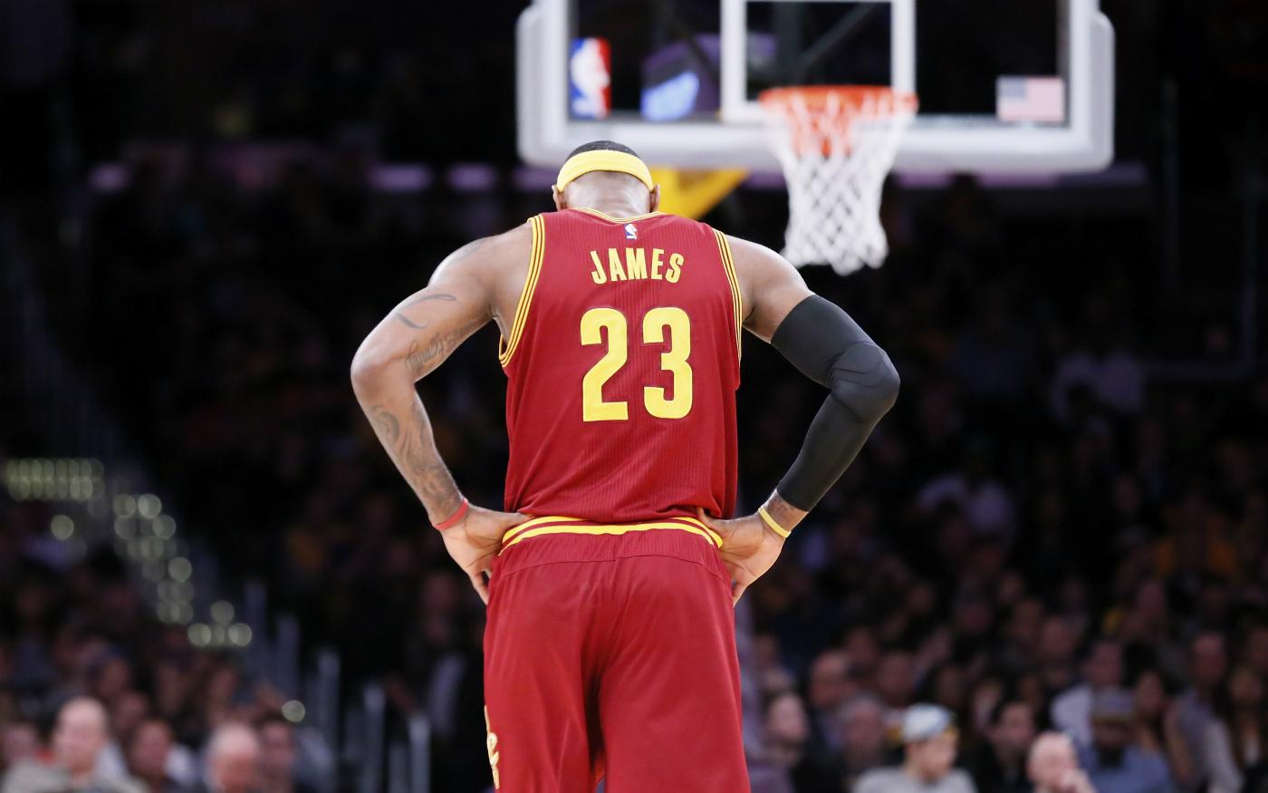 LeBron James rejoue le contre sur Iguodala, Cleveland battu