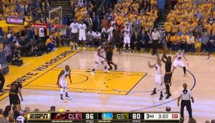 Insolent : LeBron James plante un énorme shoot sur la tronche de Livingston