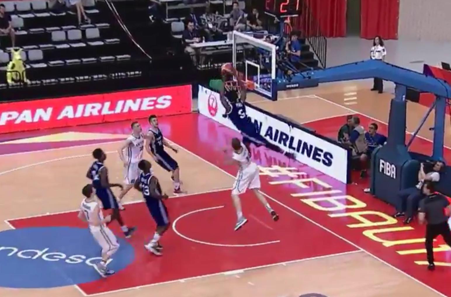 Les deux dunks surpuissants du U17 français Yves Pons !