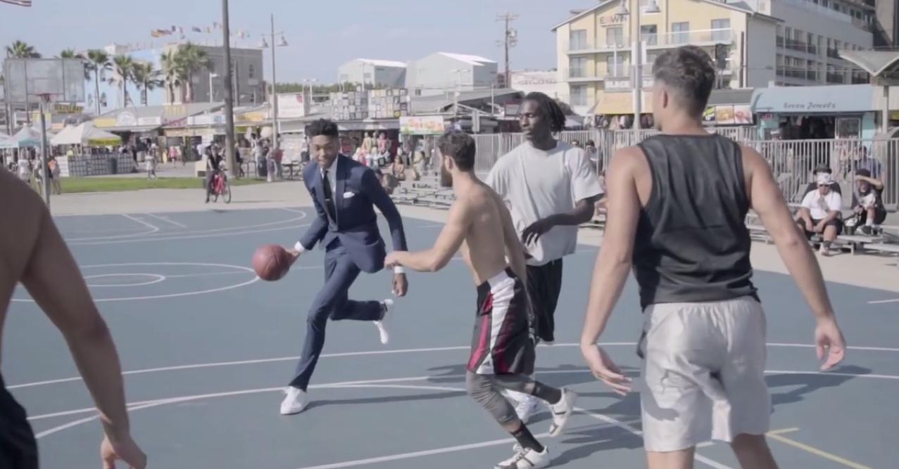 En costume, Brandon Ingram donne la leçon à des streetballers
