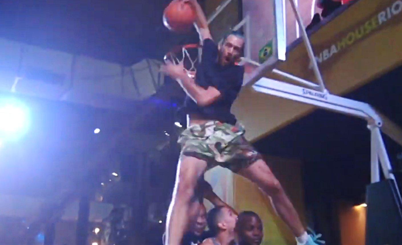 Jordan Kilganon martyrise du cercle à la NBA House de Rio