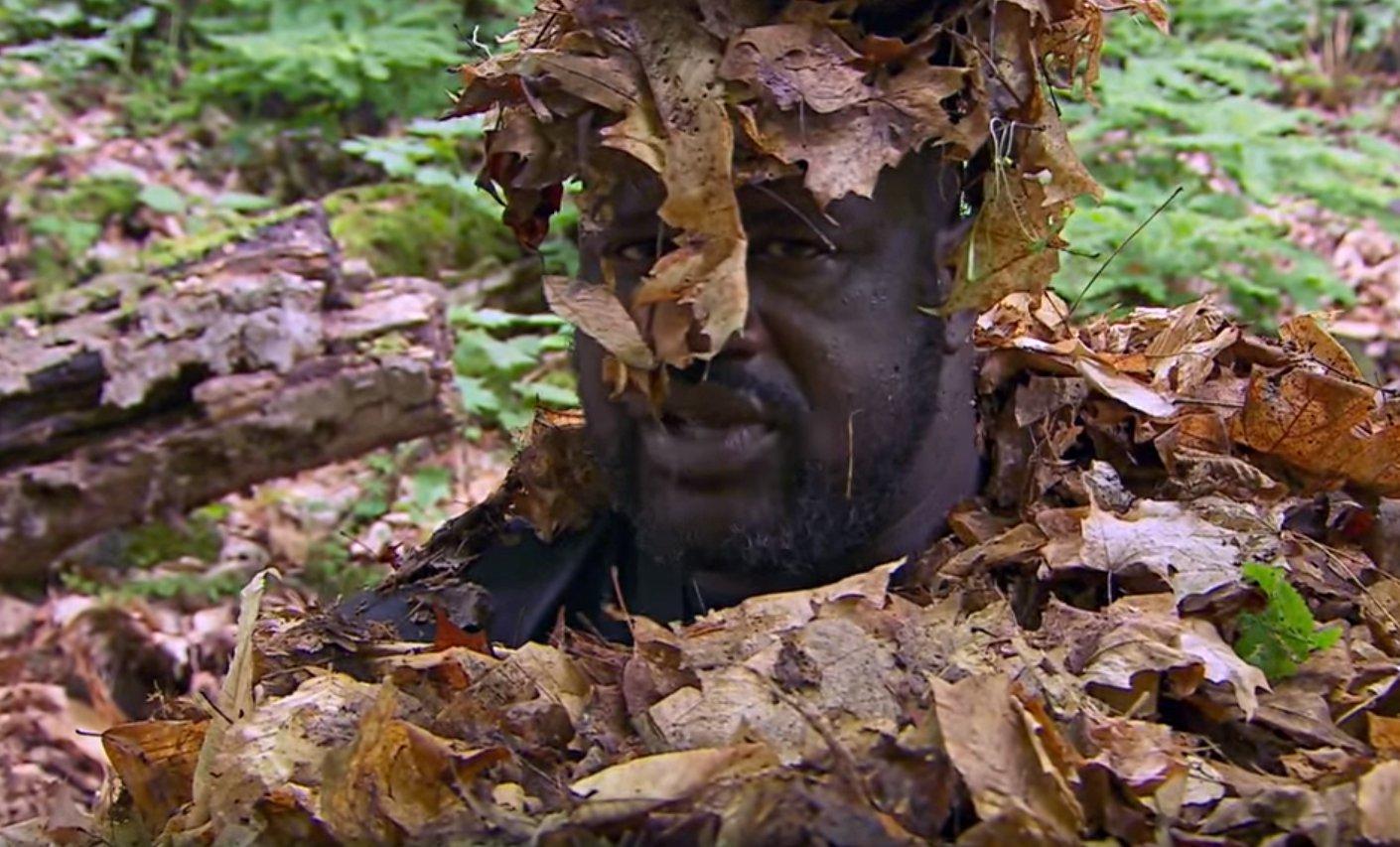 Shaquille O'Neal en mode survie et camouflage intégral... sous les feuilles !