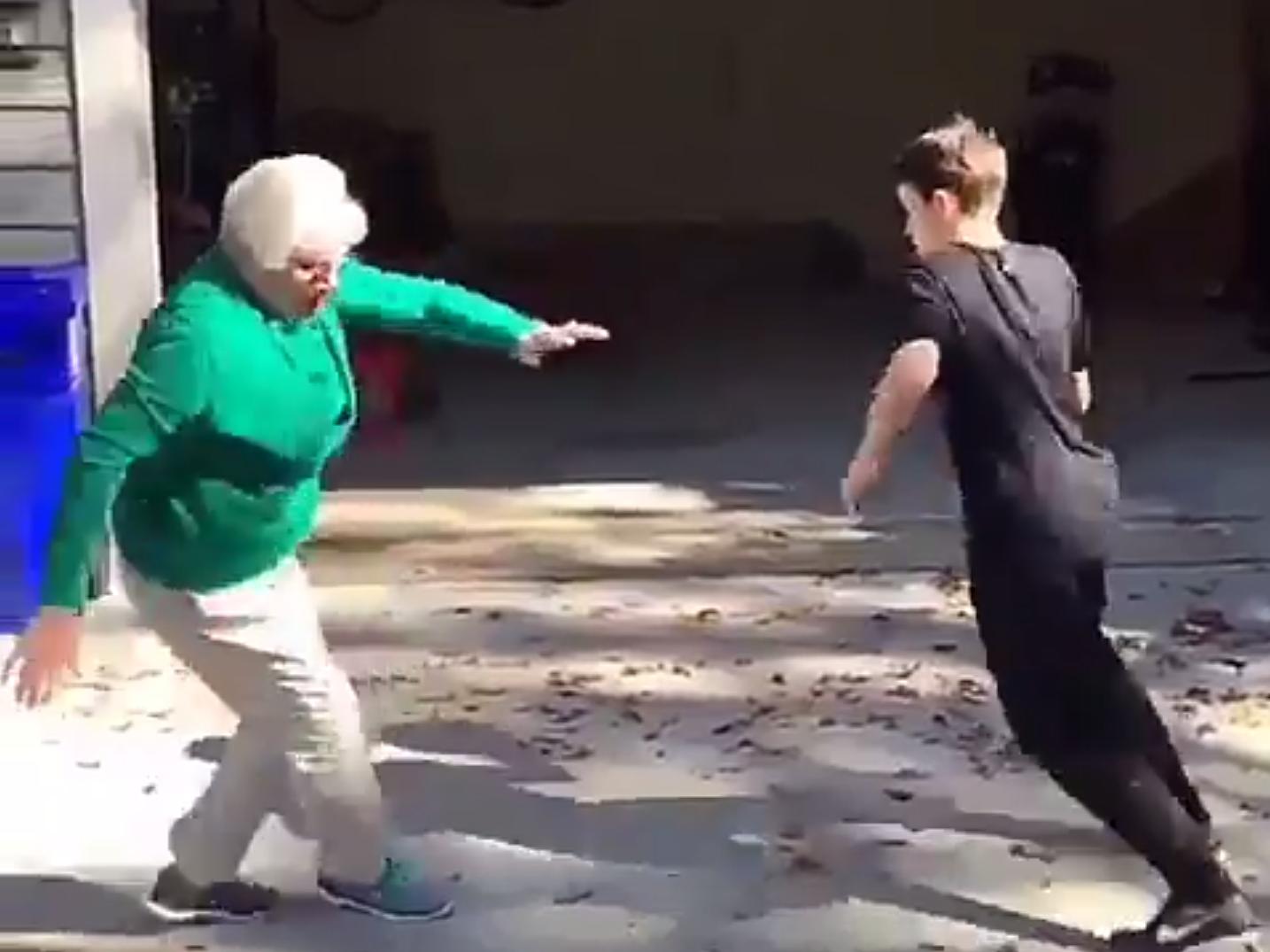Un ado crosse salement sa grand-mère et en fait une vidéo