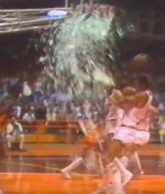 Quand Michael Jordan explosait un panneau sur un dunk en Italie