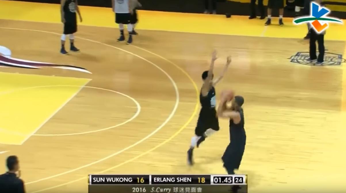 Stephen Curry contré pour la gagne par un jeune Philippin !