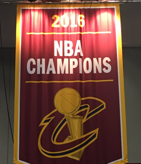 Tout fier, Dan Gilbert révèle la bannière de champion des Cavaliers