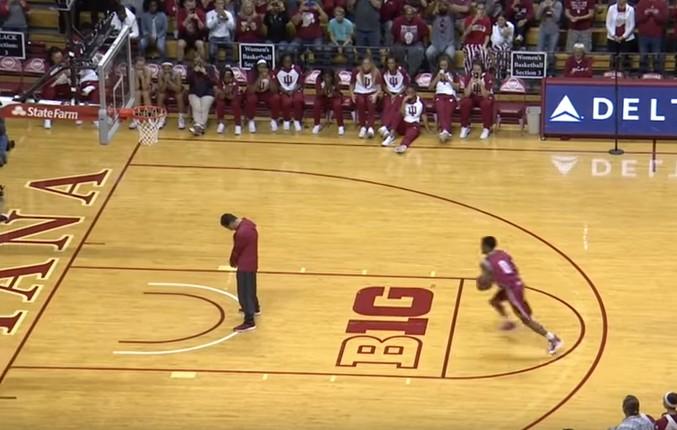 NCAA : Un joueur d'Indiana dunke au-dessus de son coach !