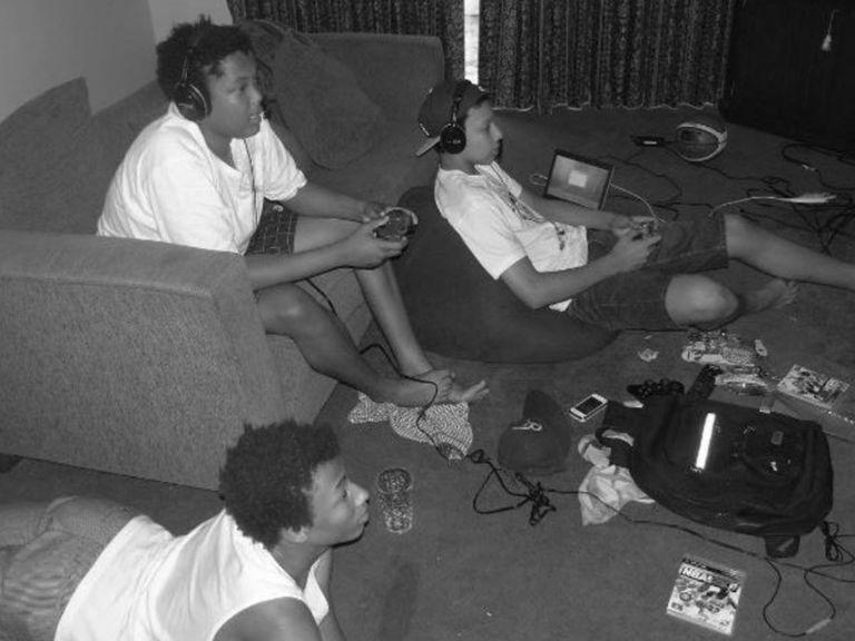 Ados fans de jeux vidéos à joueurs NBA, Exum et Simmons font tout ensemble
