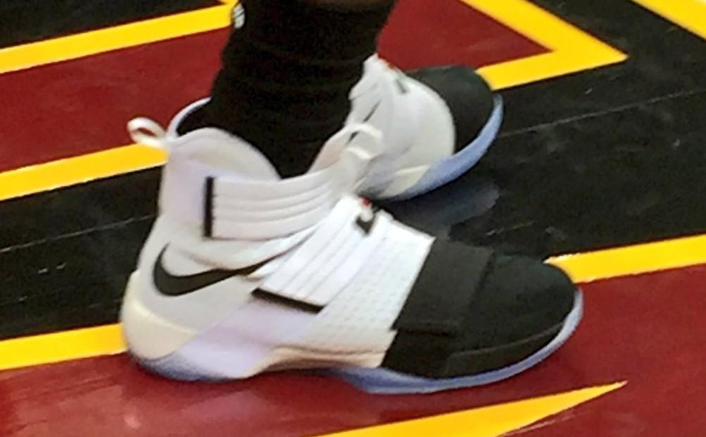 LeBron James et Kyrie Irving s'affichent avec des Nike inédites