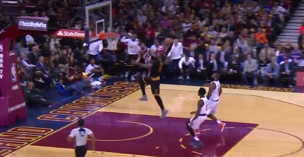 LeBron James efface deux plots avant de claquer un gros dunk !