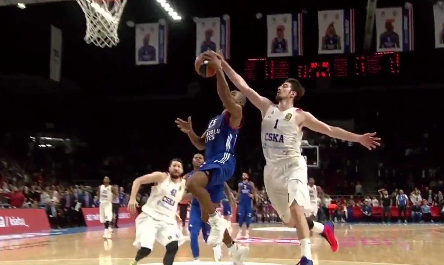 Le gros contre de Nando De Colo en Euroleague !