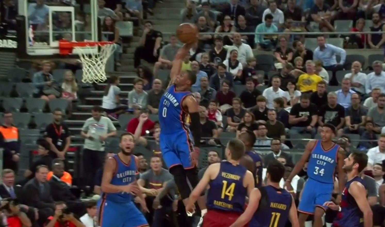 Russell Westbrook claque un dunk surpuissant contre le Barça
