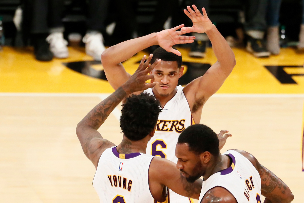 Après Veste Promesse Sa Lakers Buss Retourne Jim Aux WznSgHnq