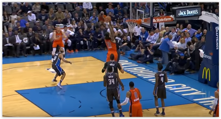 Serge Ibaka colle un double-block à Steven Adams