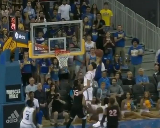 NCAA : Il détruit son adversaire sur un alley-oop !