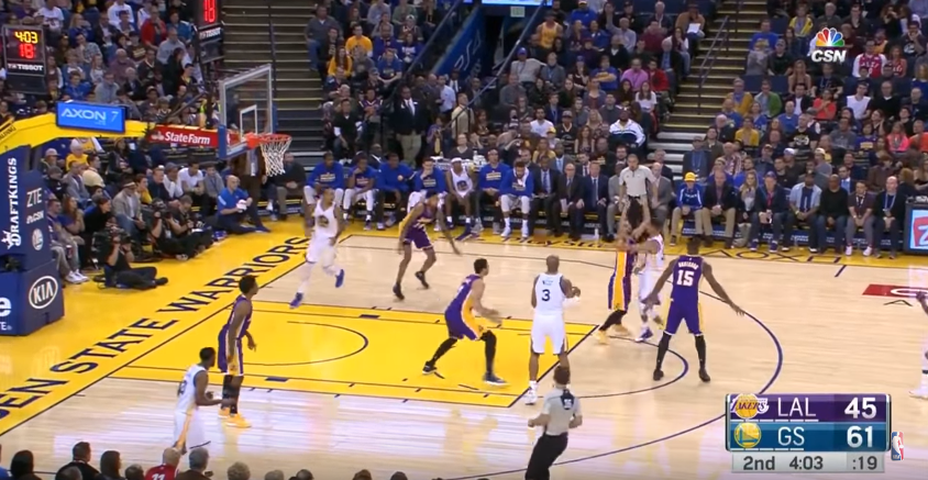 Stephen Curry a sorti une passe somptueuse, Livingston conclut au dunk