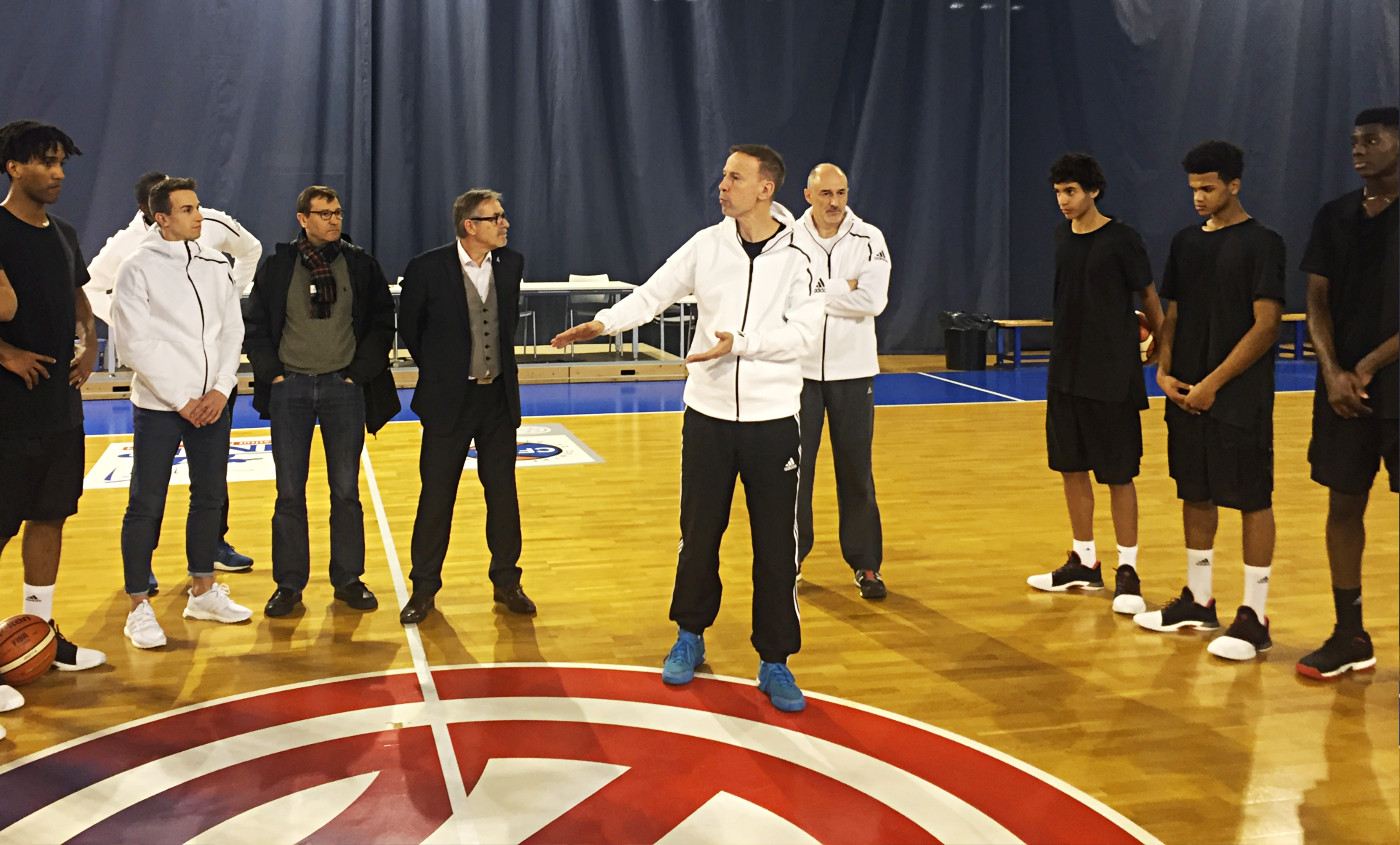 Les talents du Centre Fédéral testent la adidas Harden Vol. 1 devant Vincent Collet