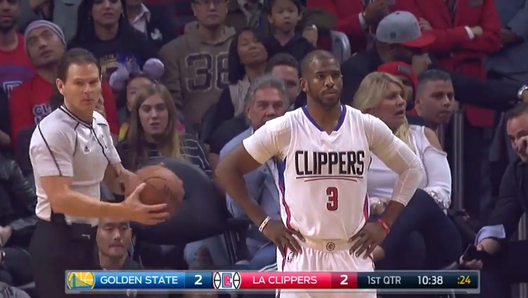 Chris Paul agrippe un arbitre... et récolte un technique