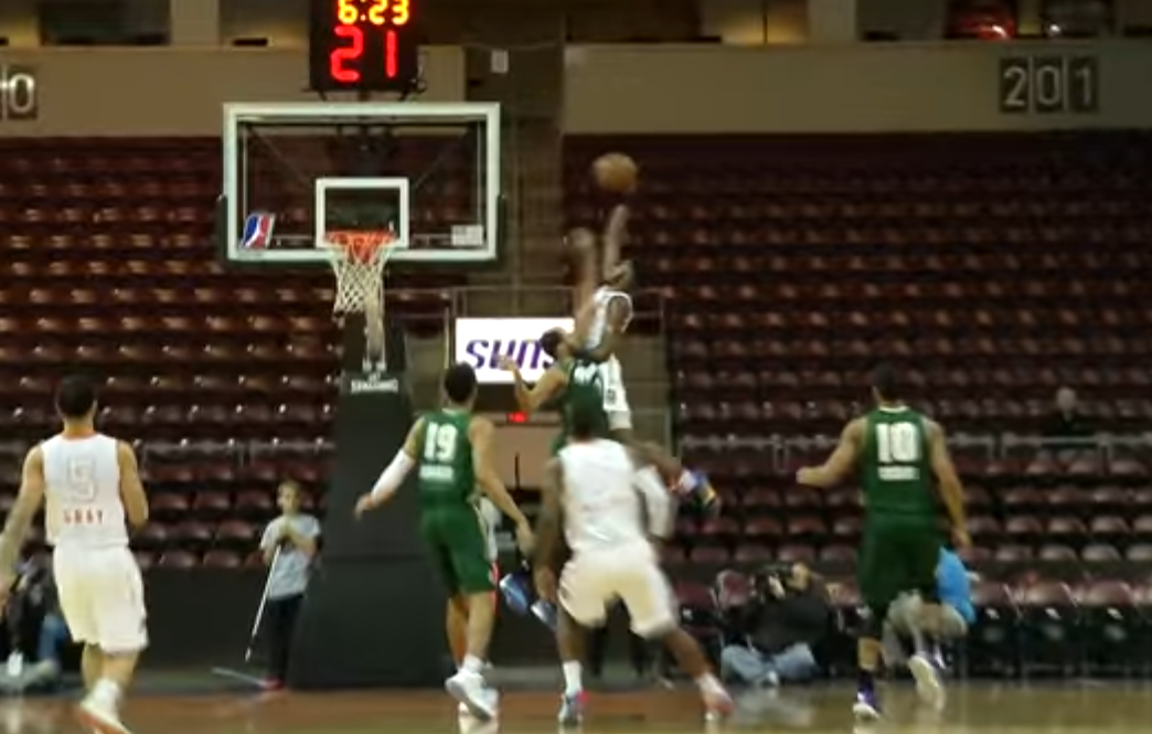 Encore un dunk terrifiant de Derrick Jones en D-League