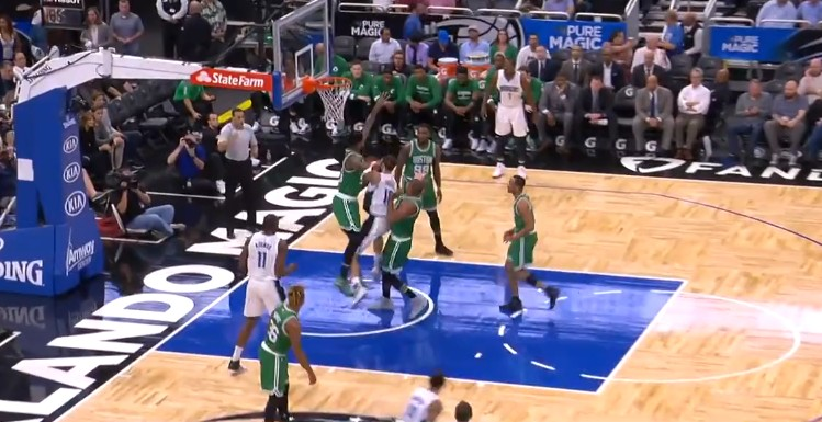 Replay : Evan Fournier rentre un tir improbable !