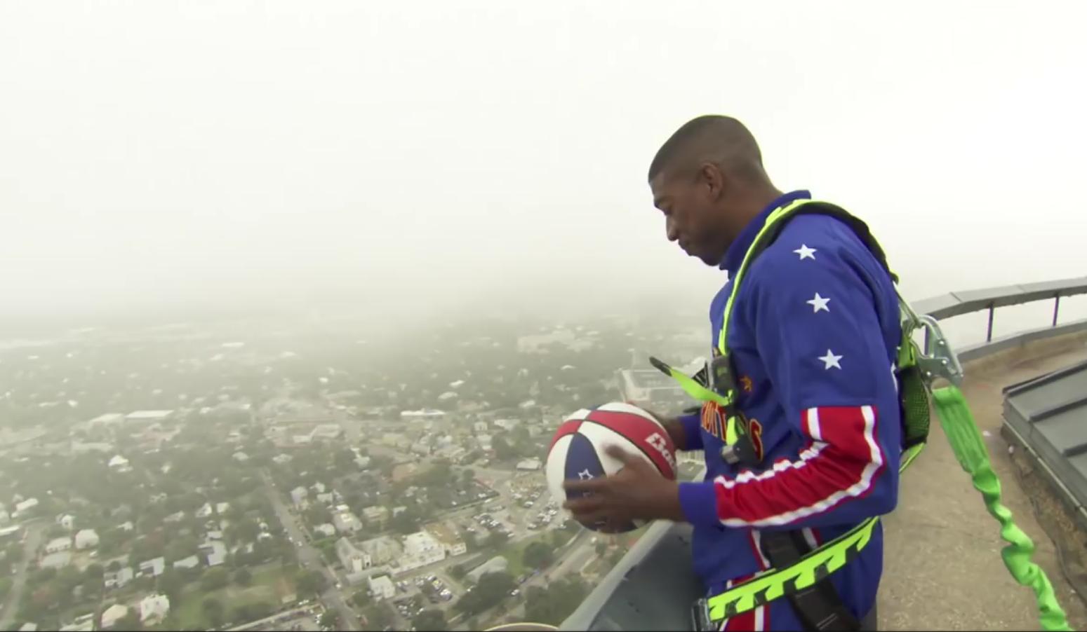 Un Harlem Globe Trotter marque de 177 mètres de haut !