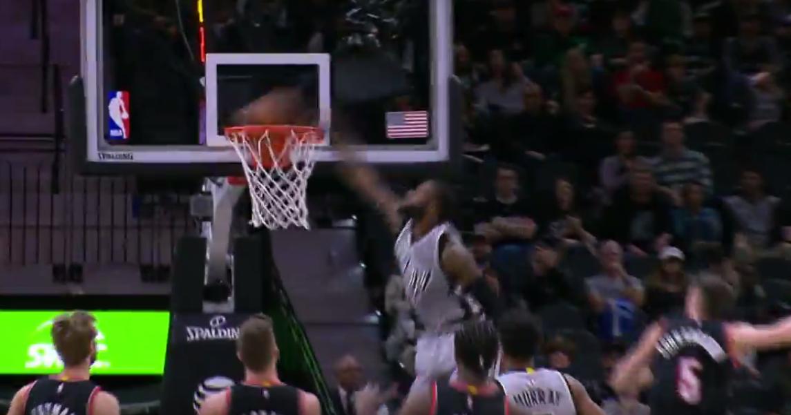Lancé en contre, Jonathon Simmons claque un énorme dunk !