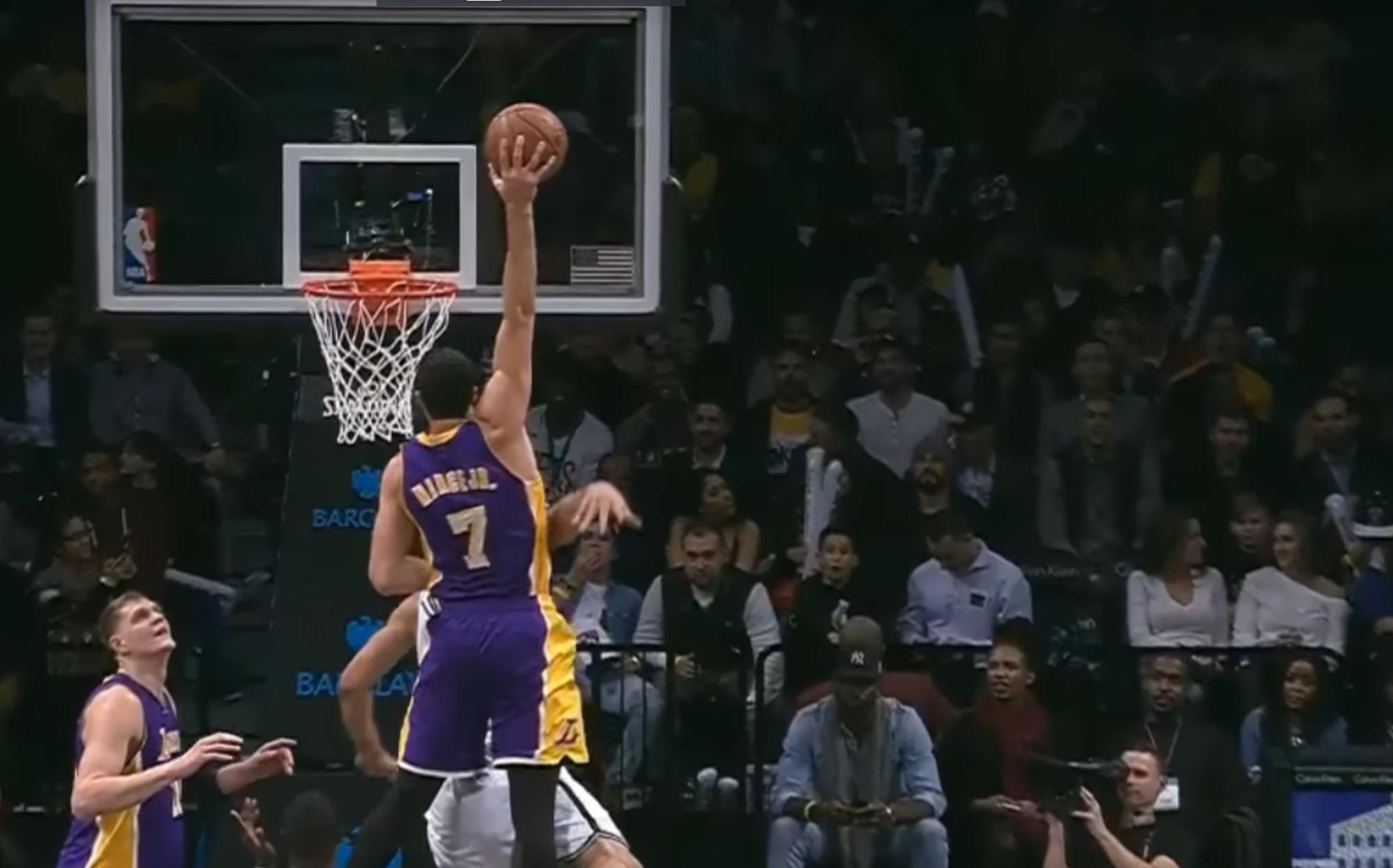 Larry Nance claque le dunk le plus fou de la saison !