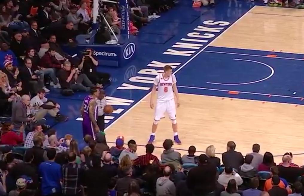 "Les fans des Knicks scandent ""Derek Fisher"" devant Matt Barnes"