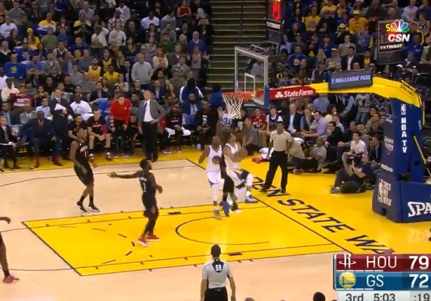 Acrobate : Stephen Curry rentre un lay-up incroyable !