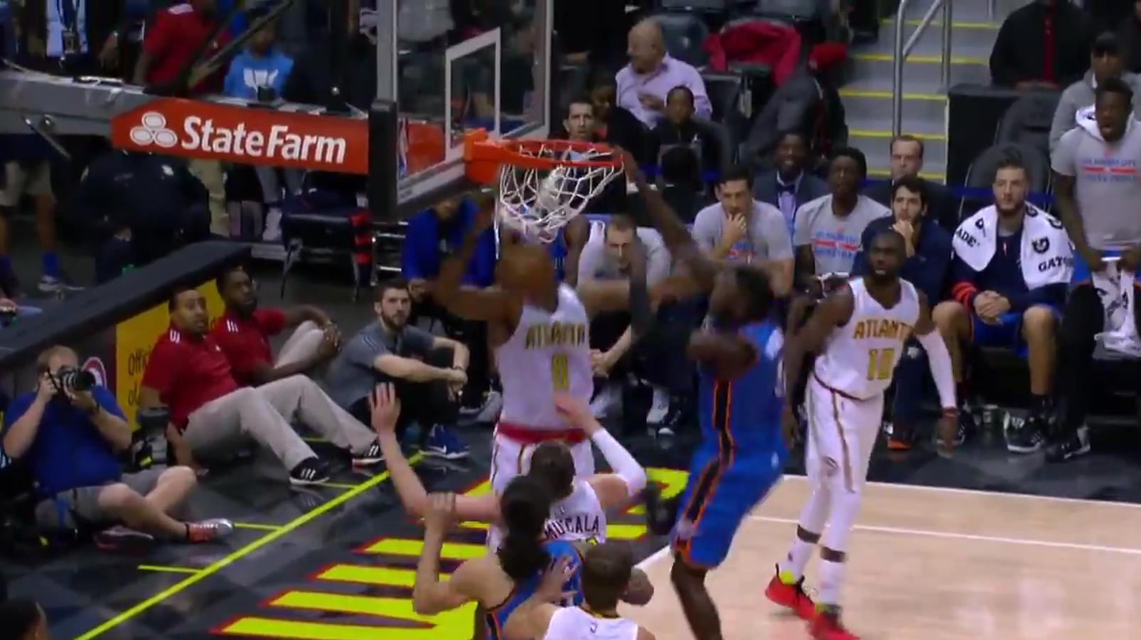 Victor Oladipo claque un dunk phénoménal devant Dwight Howard !