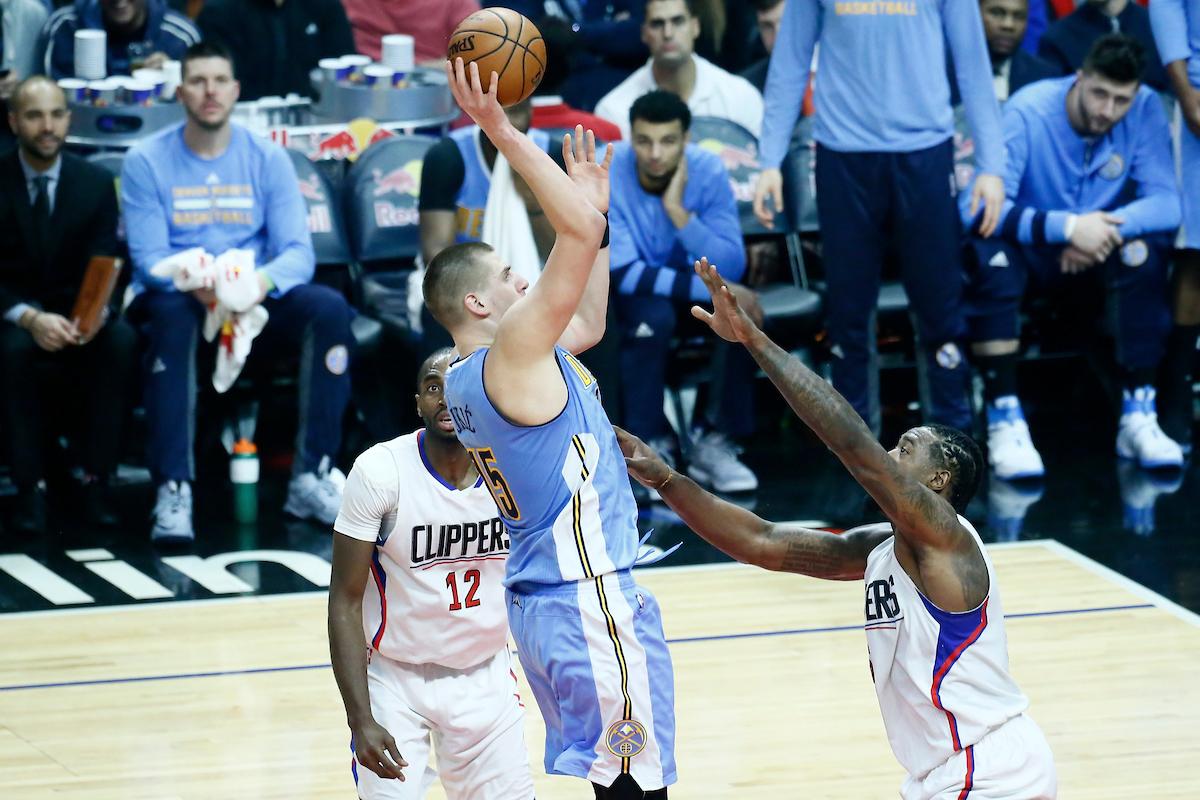 Jokic et les Nuggets prennent le dessus sur des Clippers dépeuplés