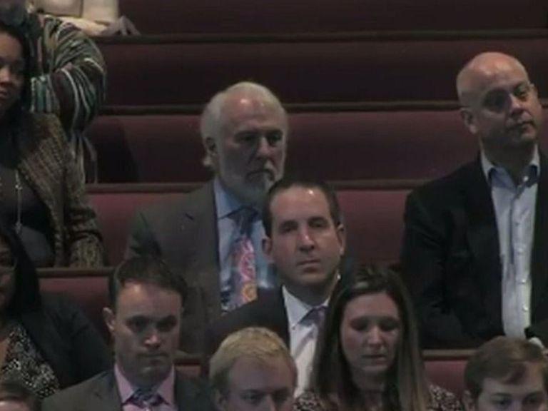 Beau geste : Gregg Popovich offre sa cravate au fils de Craig Sager