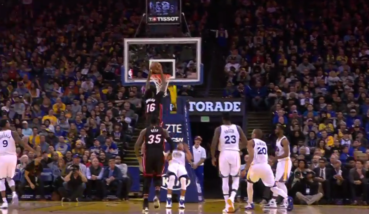 Stephen Curry écrabouillé par un dunk de James Johnson