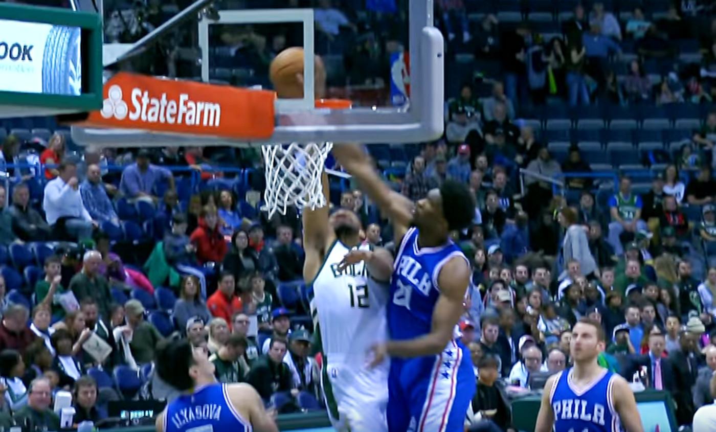Embiid annihile la tentative de dunk de Parker