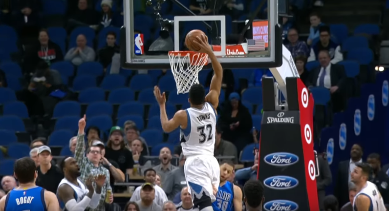 Top 5 : Karl-Anthony Towns dunke sur Seth Curry, Littéralement