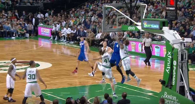 Nerlens Noel saute par-dessus les Celtics et claque un tomar !