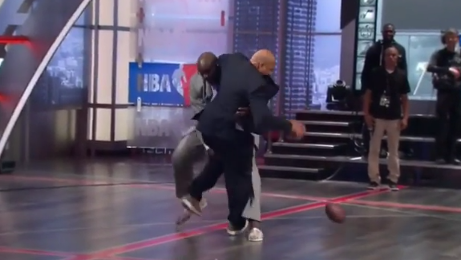 Shaq plaque Charles Barkley et Kenny Smith en plateau
