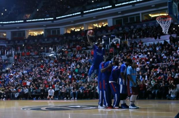 Turquie : Tyler Honeycutt dunke au-dessus de cinq joueurs !