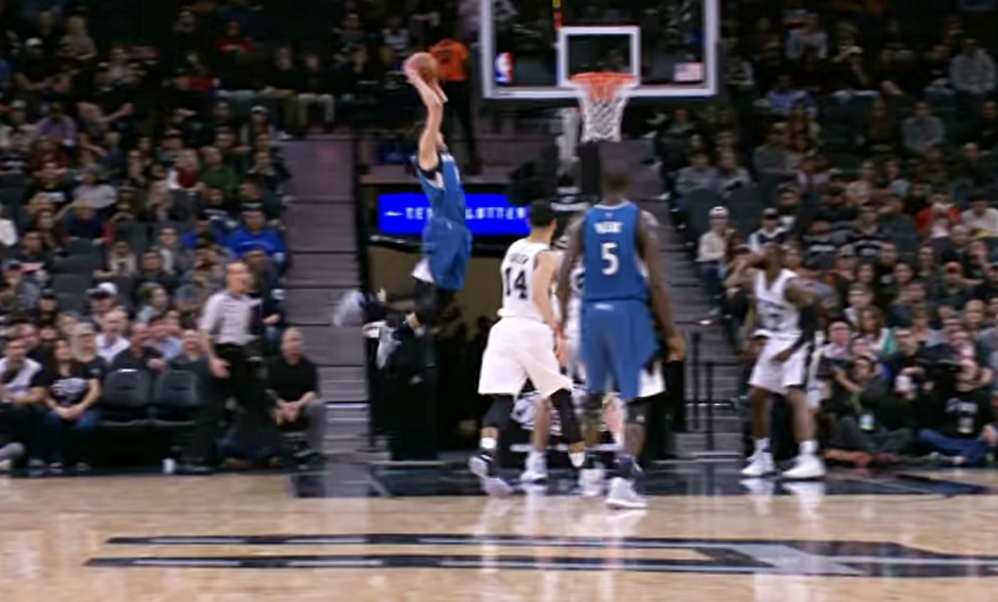 Zach LaVine plane au dessus de la raquette des Spurs