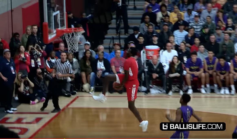 Bol Bol claque un Eastbay dunk dans un match de lycée
