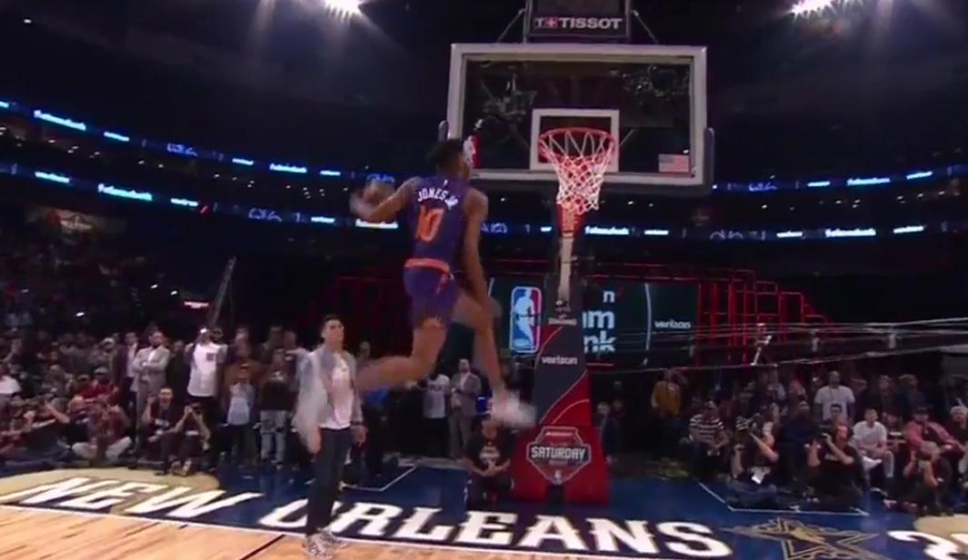 Derrick Jones Jr. réalise un dunk énorme entre les jambes !