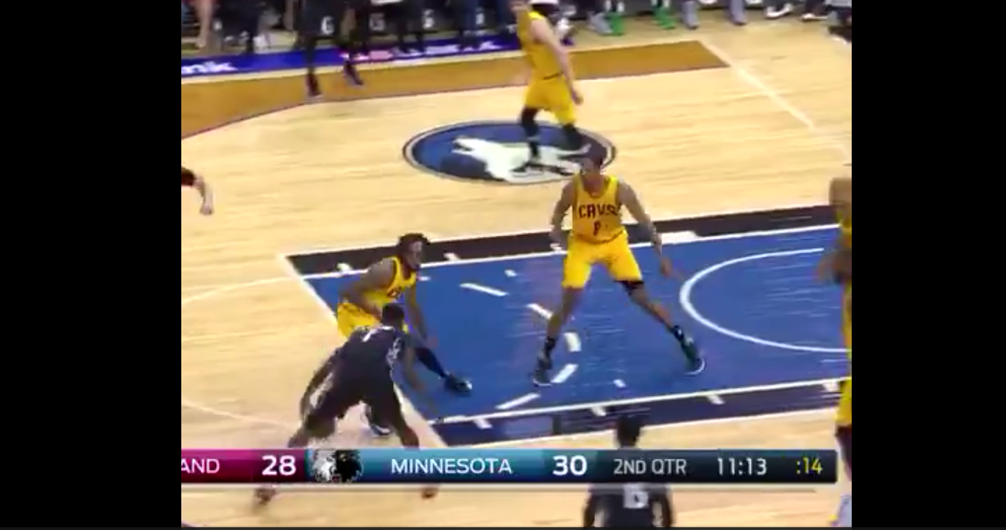 Lance Stephenson crosse Derrick Williams avant de se blesser